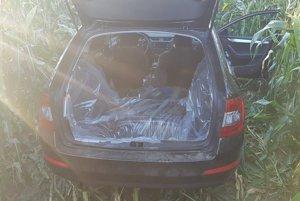 Auto našli opustené v poli.