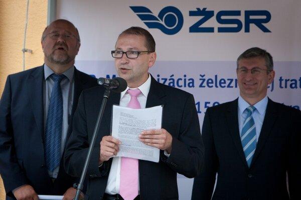Štefan Hlinka (uprostred) vroku 2013 pri otvorení zrýchlenej trate pri Púchove.