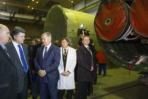 Ukrajinský prezident Porošenko (druhý z ľava).