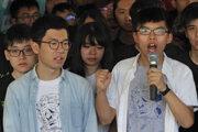 Aktivisti Joshua Wong (vpravo) a Nathan Law (vľavo).