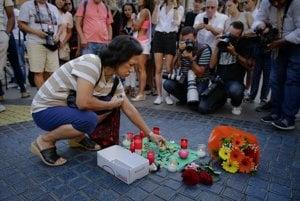 Barcelončania smútia za obeťami útoku.