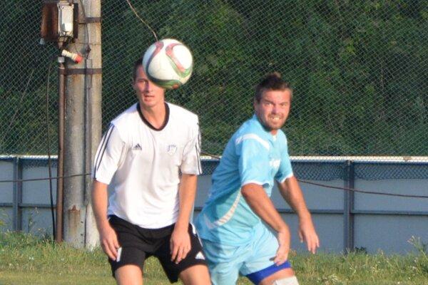 Tomáš Aneštík (vpravo) je hrajúcim predsedom klubu TJ Oponice.
