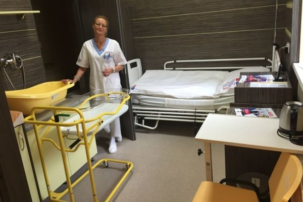 Nadštandardná izba na gynekologicko-pôrodníckom oddelení Všeobecnej nemocnice Komárno.