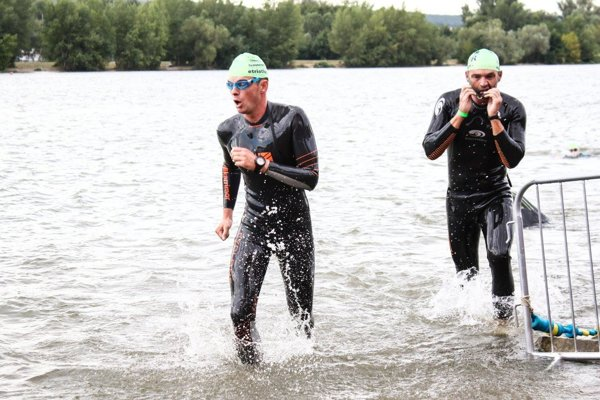 Vladimír Kormanec na konci plaveckého úseku.