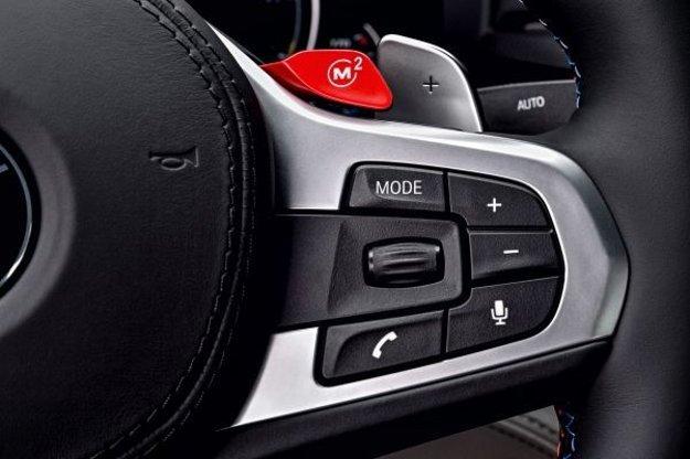 Červené tlačidlá pod volantom slúžia na zmenu režimu jazdy.