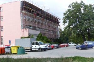 Okrem výmeny strešnej krytiny časť budovy zateplia.