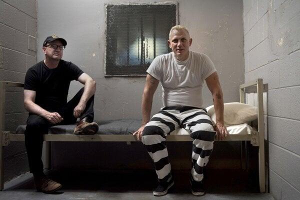 Režisér Steven Soderbergh s Danielom Craigom pri nakrúcaní komédie Logan Lucky.