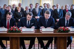 Predseda strany Sieť Radoslav Procházka, predseda SNS Andrej Danko, predseda strany Smer Robert Fico a predseda Most Híd Béla Bugár počas podpisu koaličnej dohody v marci 2016.