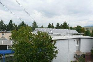 Solárne panely v slnečných dňoch zabezpečia teplú vodu do celého objektu zariadenia.