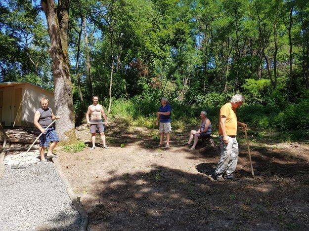 Na obnove areálu sa zúčastnilo 20 členov združenia i ďalší dobrovoľníci.