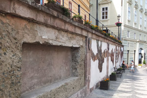 Múr oproti radnici.