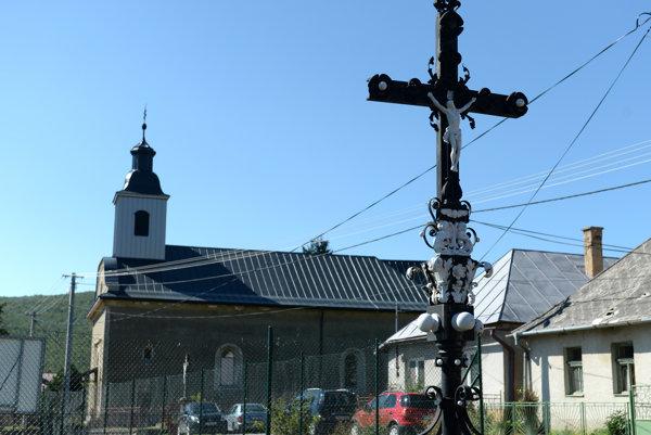 Dominantou obce je rímskokatolícky kostol Všetkých svätých.