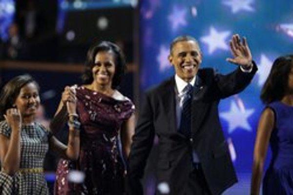 Barack Obama vyšiel na pódium aj s rodinou.