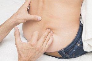 Ischias označuje bolesť, ktorá vyráža z bokov dole do nôh. Vzniká podráždením, cviknutím alebo poškodením sedacieho nervu. Bolesť vyžaruje z krížov, cez sedací sval až do lýtka.