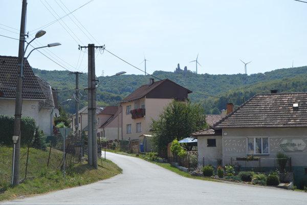 Okrem zrúcaniny hradu Korlátko sa nad obcou týčia vrtule prvej veternej elektrárne na Slovensku.