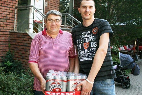 Pre kartón piva si prišiel víťaz 2. kola Štefan Hrúzik (vľavo) so synom Michalom.