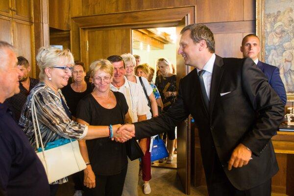 Andrej Danko s účastníkmi Dňa otvorených dverí NR SR a osláv Dňa Ústavy SR. SME - GABRIEL KUCHTA