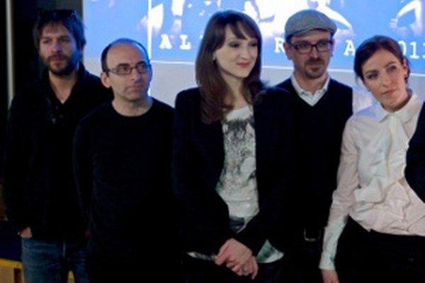 Vo Fragile sa strieda viacero spevákov.