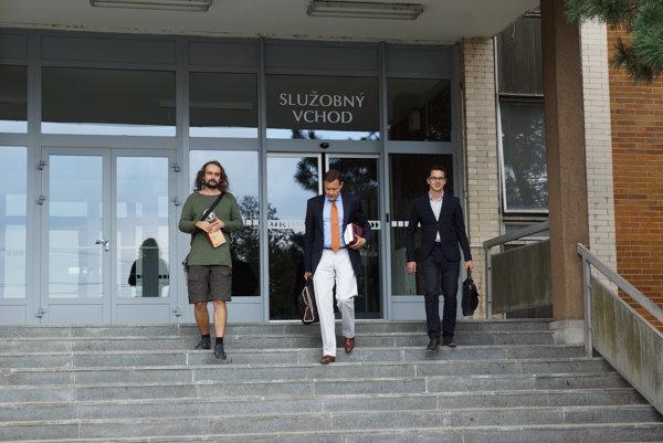 Lorenz na súde s advokátmi.