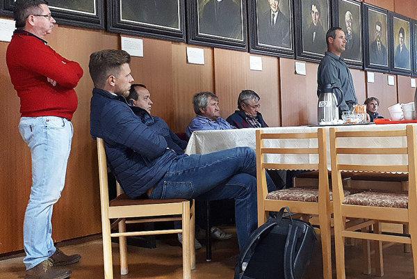 Dezider Meško, investor, ktorý stavia na Brehoch bytovku, prišiel na zasadnutie zastupiteľstva osobne.