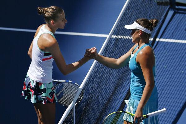 Karolína Plíšková (vľavo) s Jennifer Bradyovou dlho na kurte nepobudli.