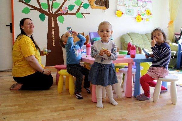 V kútiku dočasnej starostlivosti sa venuje deťom opatrovateľka.