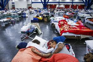 Mnohí evakuačné centrá opúšťajú a sťahujú sa do hotelov.