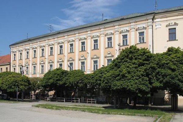 Budova gymnázia na Hollého ulici.