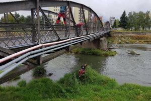 Most opravujú.