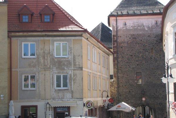 Objekt ( vľavo), ktorý sa má zatepľovať, sa nachádza v blízkosti mestskej brány a je vstupom na námestie.