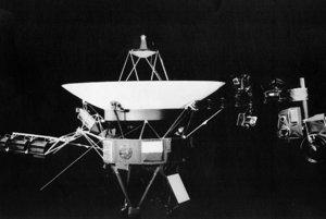 Záber na sondu Voyager v kalifornskej Passadene. Napravo od sondy je upevnený nosník s vedeckými prístrojmi a kamerou.