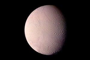 Záber z 25. augusta 1982 ukazuje mesiac Enceladus vo vzdialenosti takmer 120-tisíc kilometrov. Enceladus má priemer približne 500 kilometrov a je šiestym najväčším mesiacom Saturna.