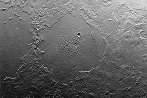 Záber ukazuje približne 500 kilometrový výsek povrchu Neptúnovho mesiaca Triton.
