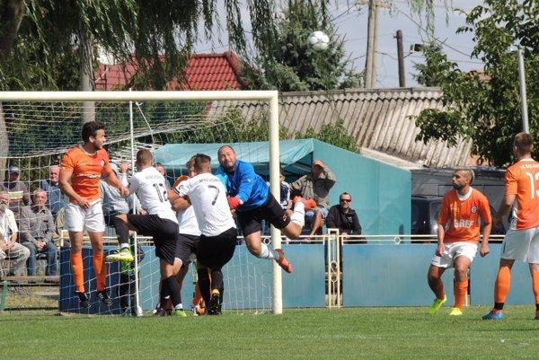 Kolárovčania (v oranžovom) uštedrili vsobotu lídrovi tabuľky zo Štúrovu prvú prehru. Ojediný gól stretnutia sa postaral Szikonya.