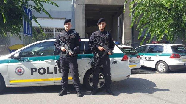 Títo dvaja policajti zachránili žene život.