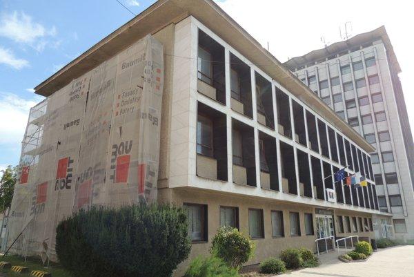 Práce na obnove budovy sa už začali.