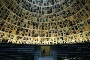 Pohľad do Siene mien v múzeu holokaustu Jad Vašem v Jeruzaleme.