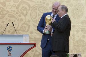 Ruský prezident Vladimir Putin (vpravo) a prezident Medzinárodnej futbalovej federácie (FIFA) Gianni Infantino držia trofej pre víťaza futbalových majstrovstiev sveta 2018 v Rusku na slávnostnom ceremoniáli na štadióne Lužniki v Moskve.