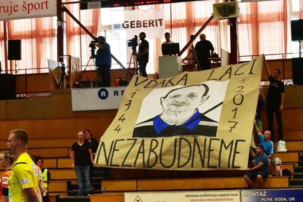 Stretnutie sa začalo spomienkou na dlhoročného tajomníka klubu Ladislava Kovácsa, ktorý pôsobil v šalianskej hádzanej takmer 40 rokov.