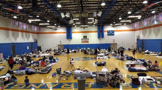 Ľudí v Orlande evakuovali v miestnom núdzovom centre.