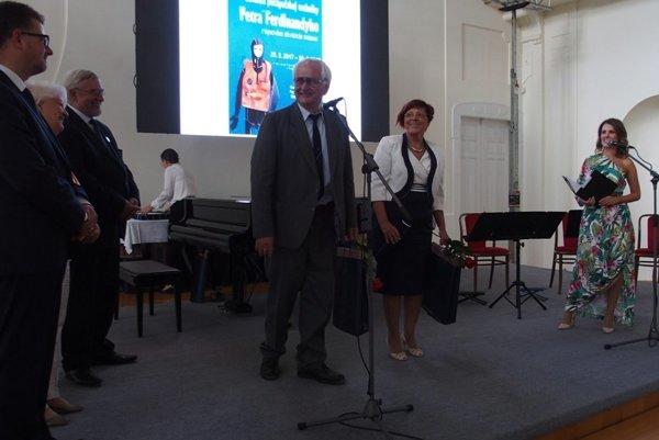 Počas ocenenia. Pri mikrofóne je zberateľ František Ferdinandy. Vedľa neho (v bielom) riaditeľka GMM Oľga Bodorová.