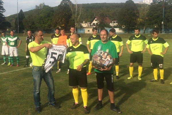 Futbalista Tr. Bohuslavíc Ján Kaššovic (v strede) oslávil 50. narodeniny.