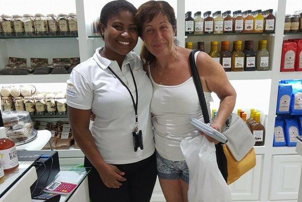 Viktória Hanovská s domácou obyvateľkou. Pred hurikánom si stihla ešte nakúpiť suveníry.