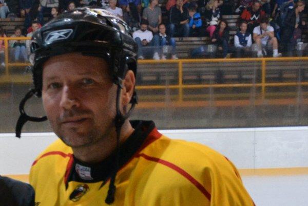 Topoľčiansky tréner Ľubomír Hurtaj počas exhibície na topoľčianskom ľade.