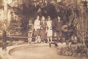 Socha Herkula na starej fotografii.