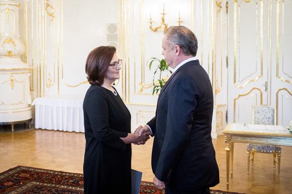 Ministerka školstva Martina Lubyová počas uvedenia do funkcie prezidentom Andrejom Kiskom.