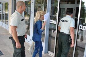 Alexandra na súde. Bude rozhodovať o jej väzbe.