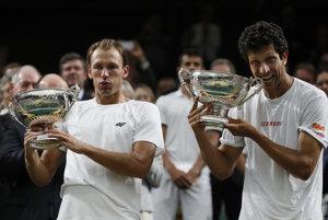 Lukasz Kubot (vľavo) a Marcelo Melo s trofejami pre víťaza mužskej štvorhry vo Wimbledone.