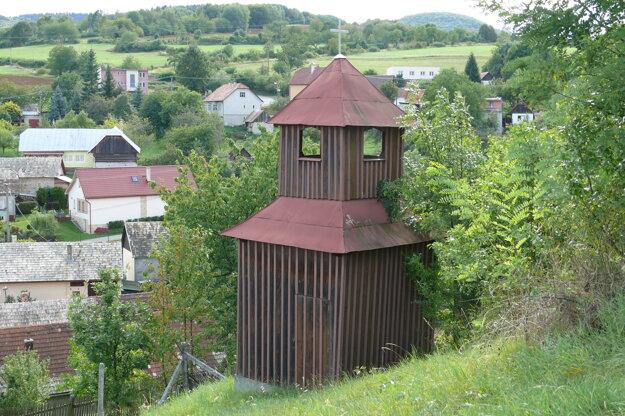 Zvonica neďaleko domu smútku.
