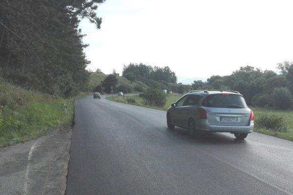 Nový asfaltový koberec položili cestári aj pred Moškovcom.